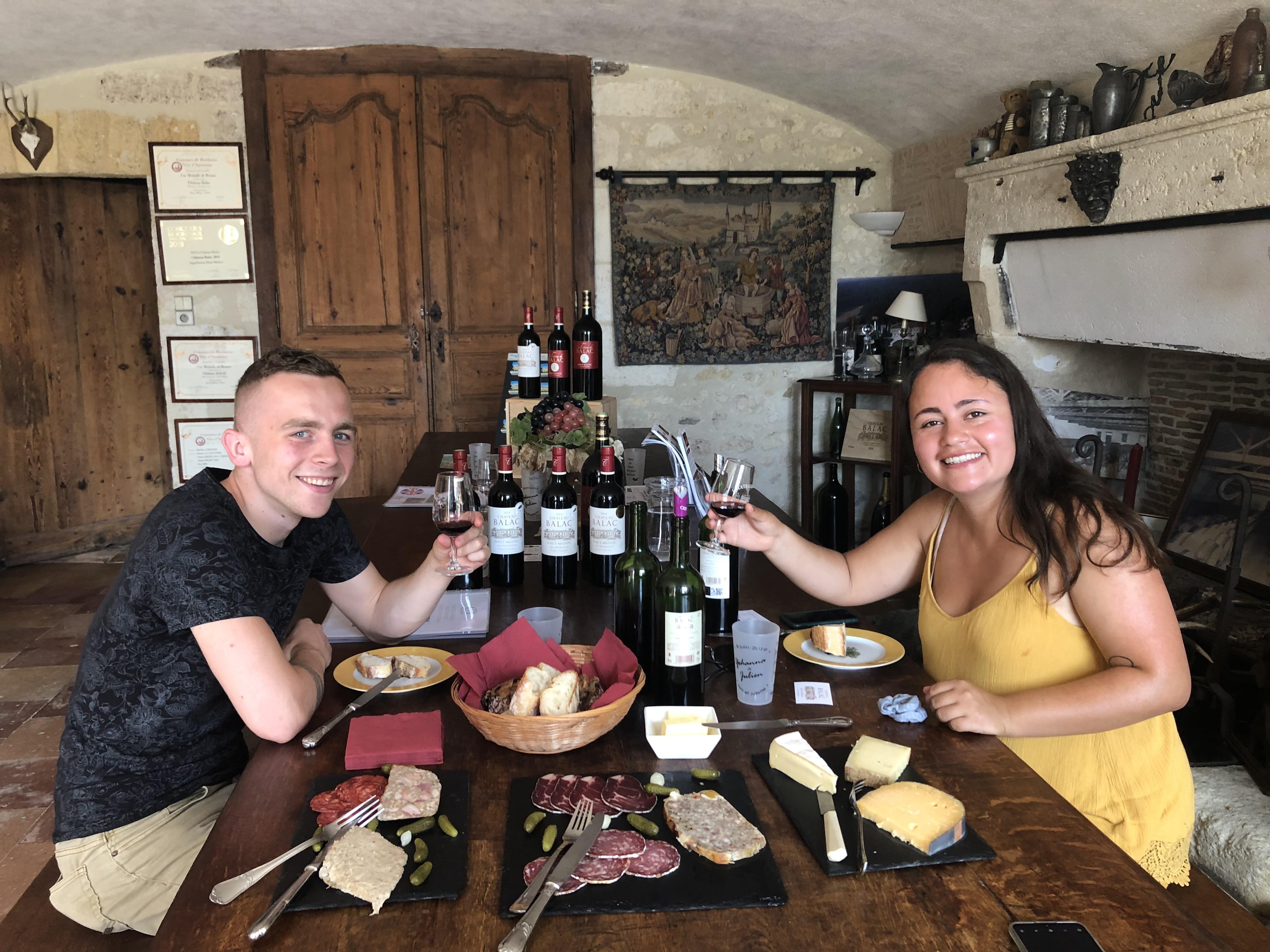 Dégustation de vins avec fromages et de charcuteries